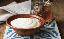 Yogurt greco: benefici e ricetta per farlo in casa